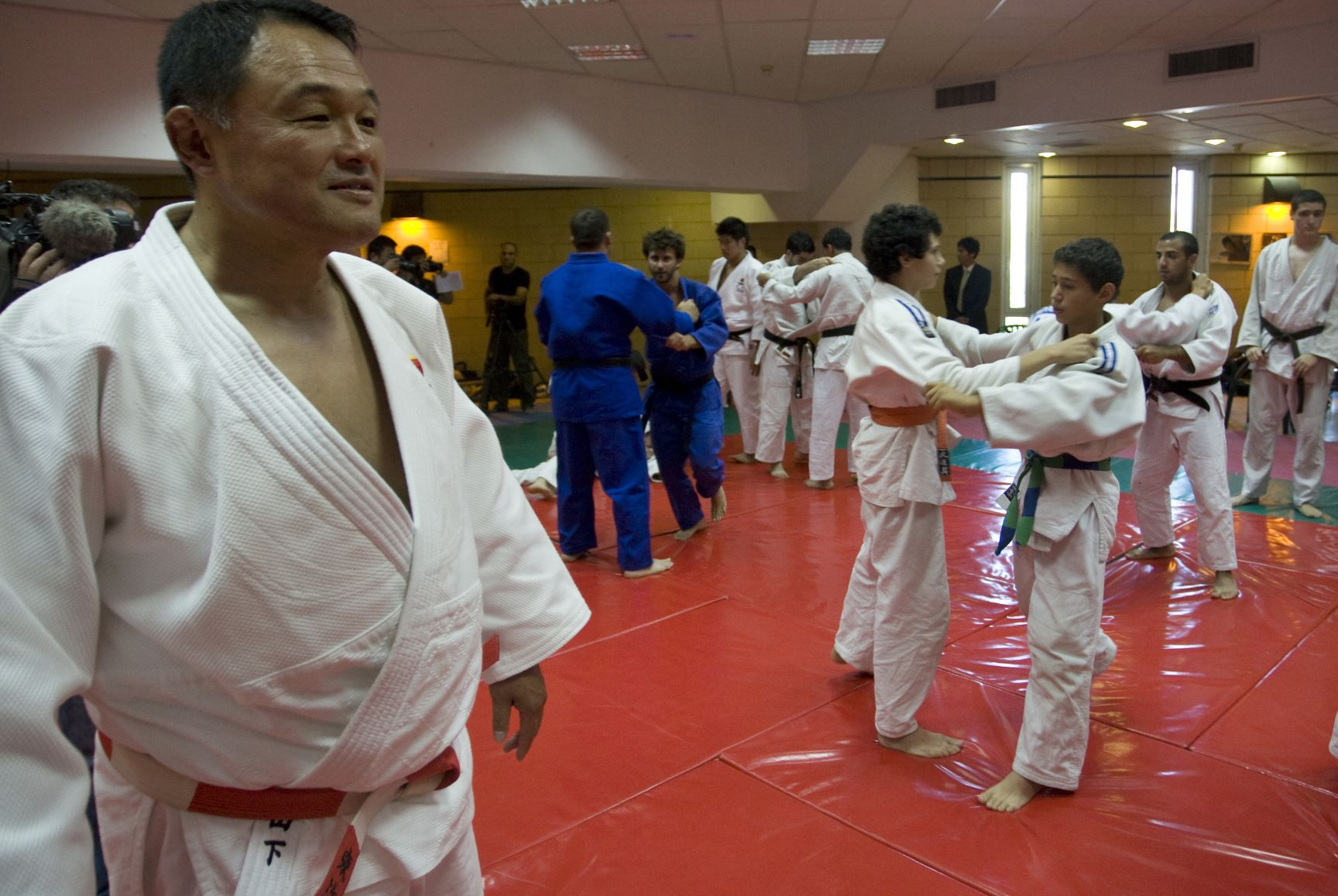 Japan's Judoka Yashiro Yamashita (L) gives a lecture as he teaches Judo techniques to Palestinian and Israeli students on July 21, 2010 in Jerusalem. (AFP)